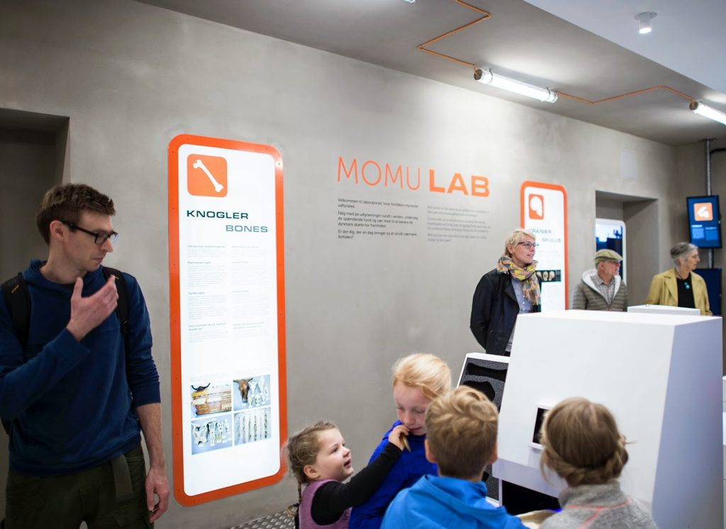 Here is a view of the so-called MOMU LAB - an interactive laboratory for curious museum visitors . The photo is taken by the photo / media department at Moesgaard Museum